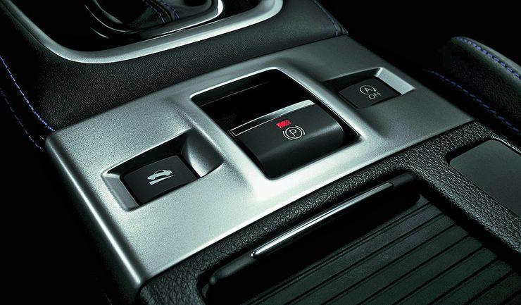 Sähköinen käsijarru edustaa nykyaikaa – tällä autolla ei siis temppuilla WRX:n hengessä. Mäkilähtöavustin helpottaa elämää sähkökässärin kanssa.
