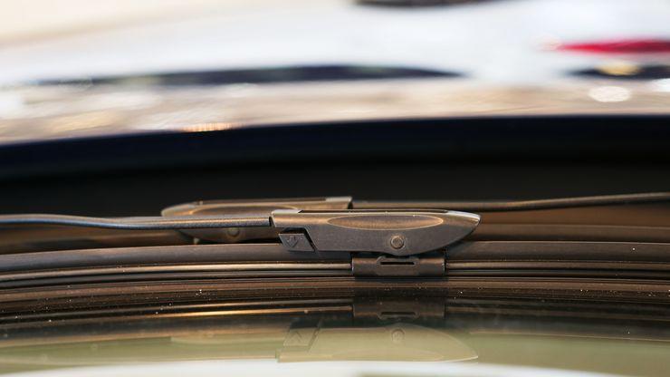 Alareunan liikkuvia osia tulee painaa nuolen osoittamaan suuntaan, jolloin sulka irtoaa vetämällä sitä pyyhkimen varren suuntaisesti.