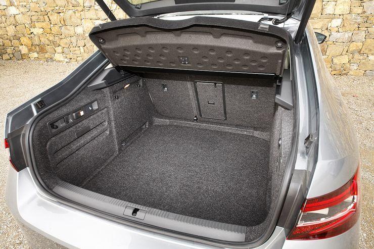 Tavaratila ison takaluukun alla vetää 625 litraa. Takaistuinten selkänojat kaatamalla tila kasvaa 1 760 litraan. Ja jos autossa on taitettava etumatkustajan selkänoja, auton sisälle mahtuvat 3,1 metriä pitkät esineet.