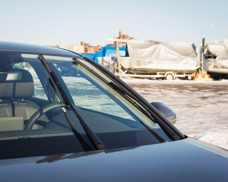 Kuvan autossa sulkien vaihtaminen vaatii huoltoasennon, jotta pyyhkimien varret on nostettavissa irti tuulilasista.