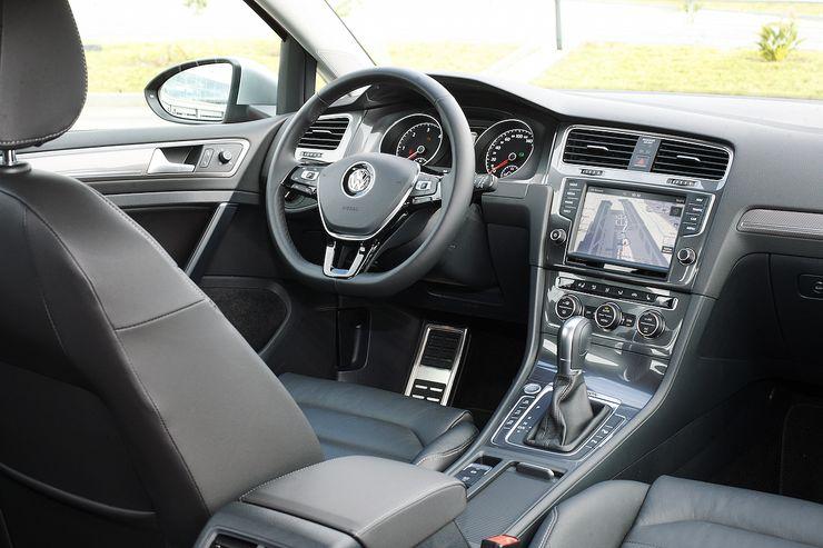 Ohjaamo on asiallinen ja laatuvaikutelma on tuttua VW:tä. Isompien moottoriversioiden jatkeena on aina DSG-vaihteisto.