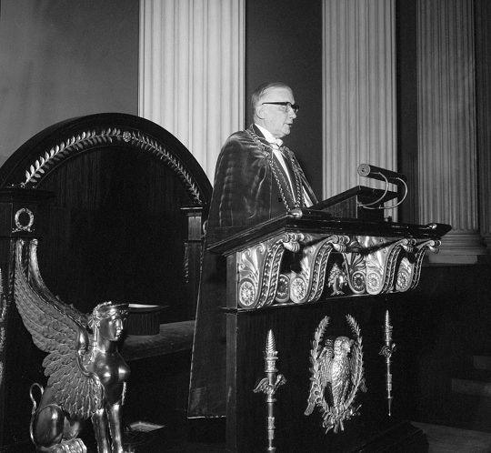 Edwin Linkomies pitämässä puhetta Helsingin yliopiston juhlasalissa.