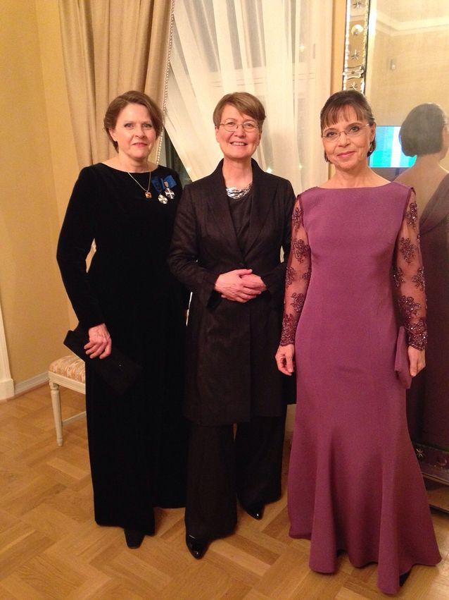 Tuija Pulkkinen sai Akatemiaprofessorina kutsun vuoden 2014 Linnan juhliin. Pulkkisen (kesk.), hänen puolisonsa, professori Sarah Greenin ja Heidi Hautalan puvut oli valmistanut ompelija Aila Parhiala, ja kolmikko päätti ottaa yhteiskuvan häntä varten.
