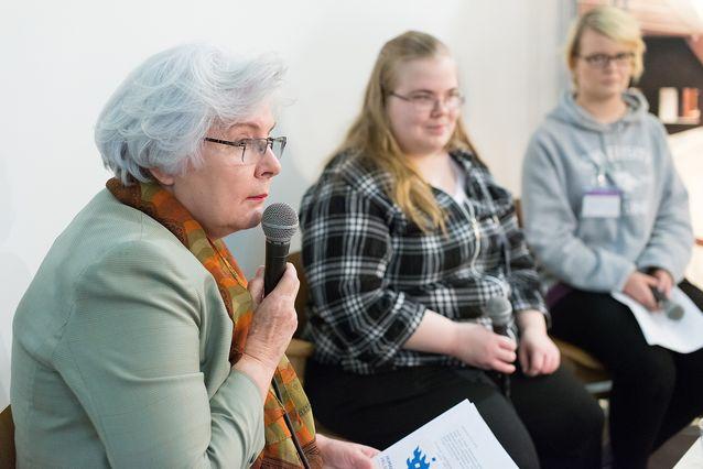Elina Suomela-Härmä opiskelijoiden kanssa esiintymässä Helsingin Kirjamessuilla 2014. Kuva: Mika Federley.