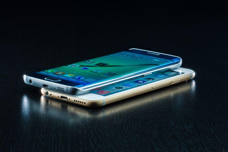 Galaxy S6 Edgen näyttö erottuu iPhone 6:sta kaarevuudellaan ja värikylläisyydellään.