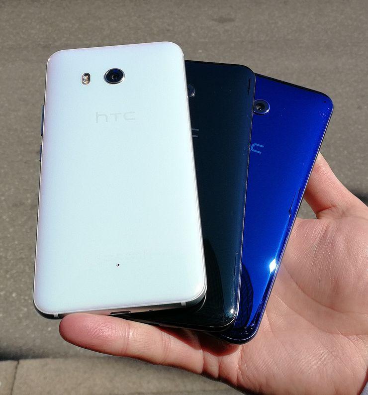 HTC U11:n valkoinen, musta ja sininen värivaihtoehto.