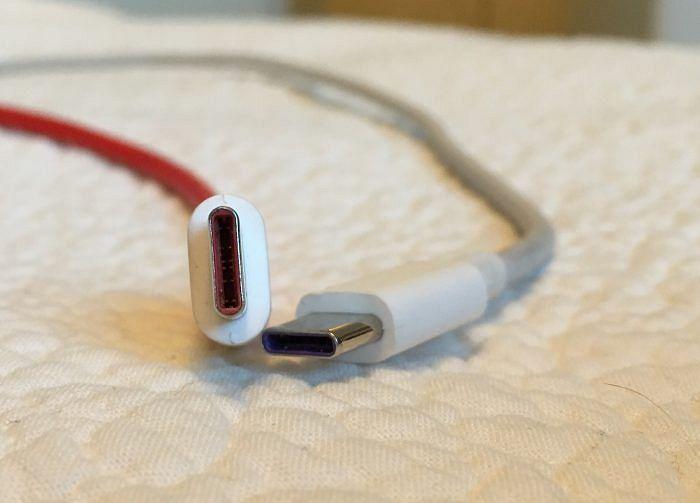 Molemmat puhelimet käyttävät USB Type C:tä.
