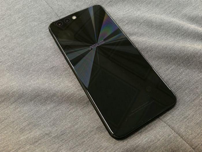 Zenfone 4:n takapuoli heijastelee tyylikkäästi.