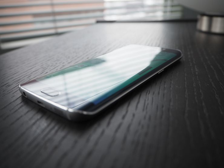 Reunan yli kaartuva näyttö lisää puhelimen premium-vaikutelmaa.
