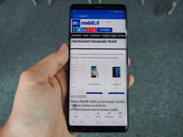 Samsung Galaxy Note8:n suuresta näytöstä on hyötyä muun muassa verkkoselailussa.