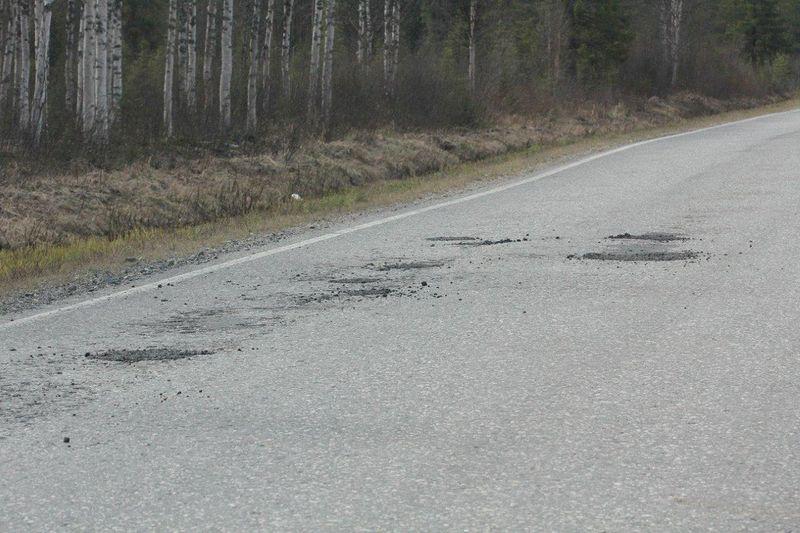Salla-Savukoski maantien reiät ensiavun jälkeen toukokuussa 2015.