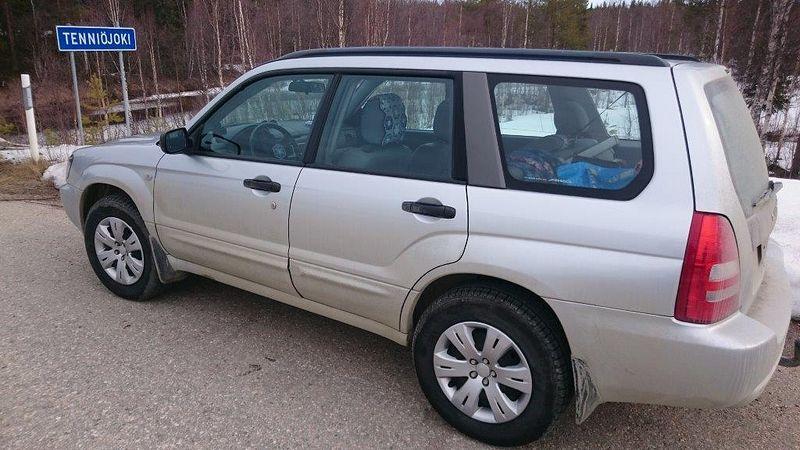 Subaru ja Nokia Sport Utilityt peltivanteilla ja pölykapseleilla...