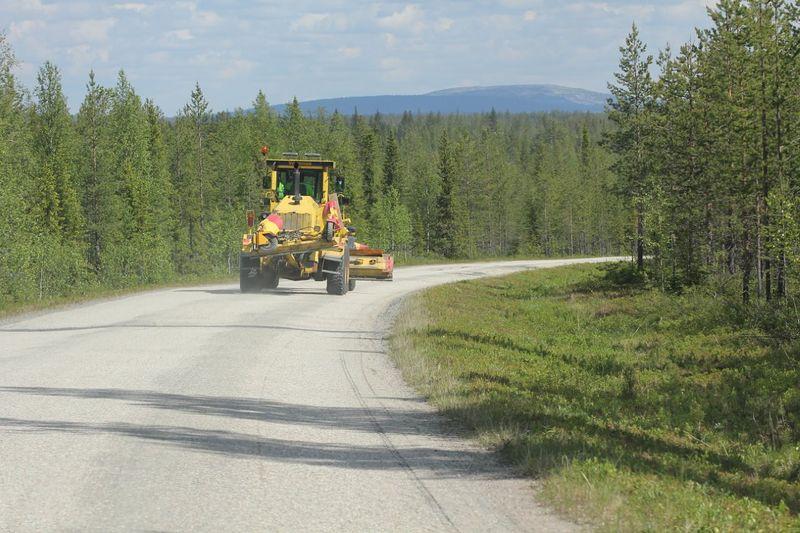 Tiekarhu Tenniöjoen sillan asfalttipätkällä siirtymätaipaleella soratielle.