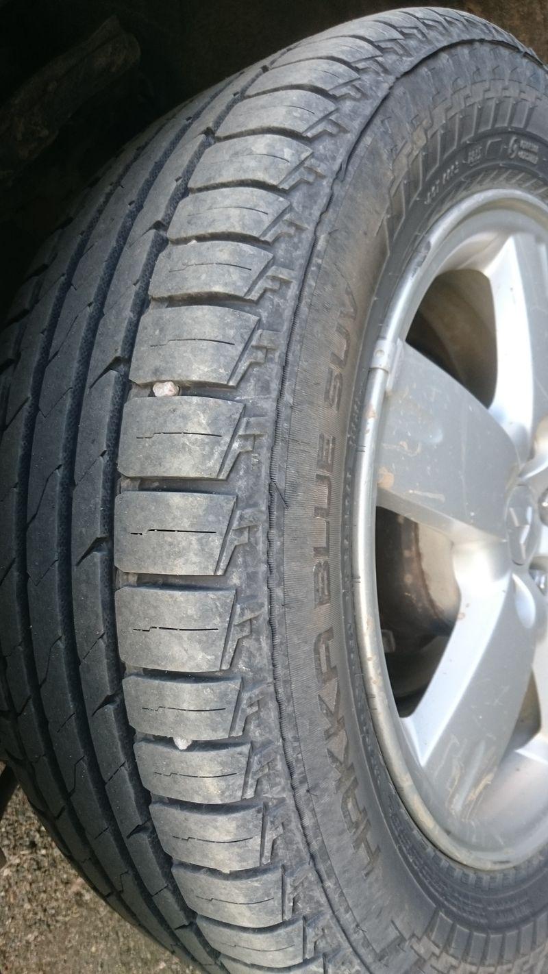 Kaikki renkaat keräävät pikkukiviä, niin Ukankin Lexuksen uudet Hakka Blue SUV -renkaat.