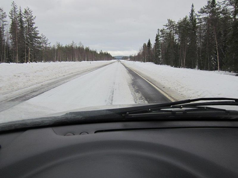 Rovaniemi-Kemijärvi aprillipäivänä aurauksen jäljiltä.