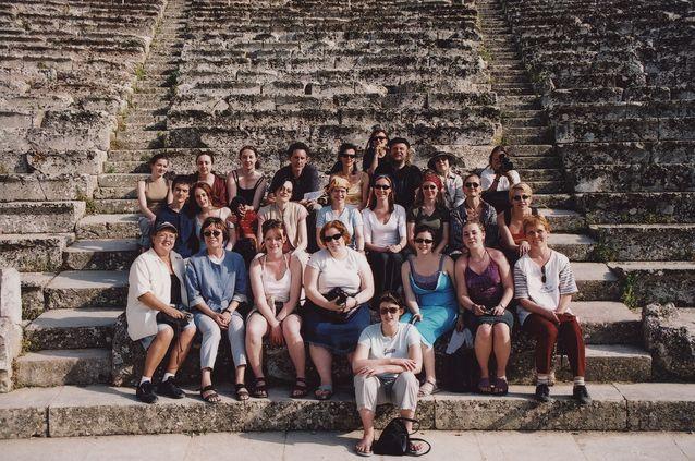 Opiskelijoiden kanssa tutustumassa teatterin juuriin Ateenassa (Epidauroksen teatteri ).Kuvassa mukana myös irlantilaisia opiskelijoita. Kuva: Pirkko Kosken kotiarkisto.
