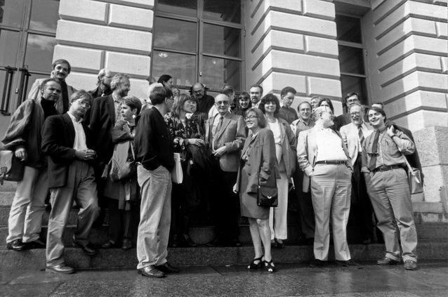 IFTR:n kongressin osanottajia Helsingin yliopiston päärakennuksen portailla 1993. Kuva: Pirkko Kosken kotiarkisto.
