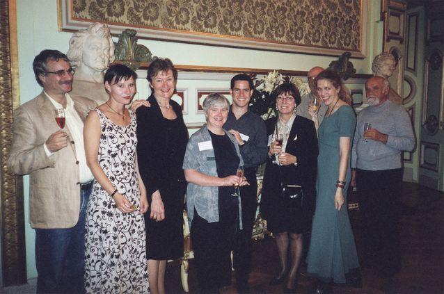 IFTR Theatre Historiography Working Groupin osanottajia vastaanotolla 1990-luvulla. Kuva: Pirkko Kosken kotiarkisto.