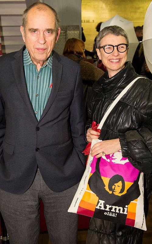 Yhden parhaista elokuvistaan tehnyt Jörn Donner oli ensi-illassa tietenkin Jokapoika-paidassa. Vierellä vaimo Bitte Westerlund ja Armi-kassi.