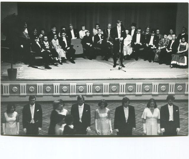 Thomas Thesleff fransääsin tanssimestarina promootiotanssiaisissa 1977.