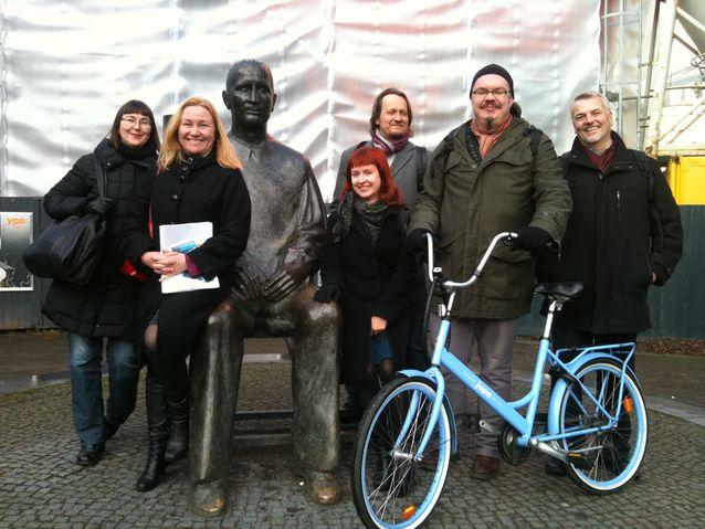 """Kuvassa on SKS:n kirjan """"Maailman paras maa"""" (toim. Anu Koivunen 2012) kirjoittajia kirjoittajakokouksessa Berliinissä vuonna 2010. Mukana kuvassa myös Bertolt Brecht. Kuva: Anu Koivunen."""