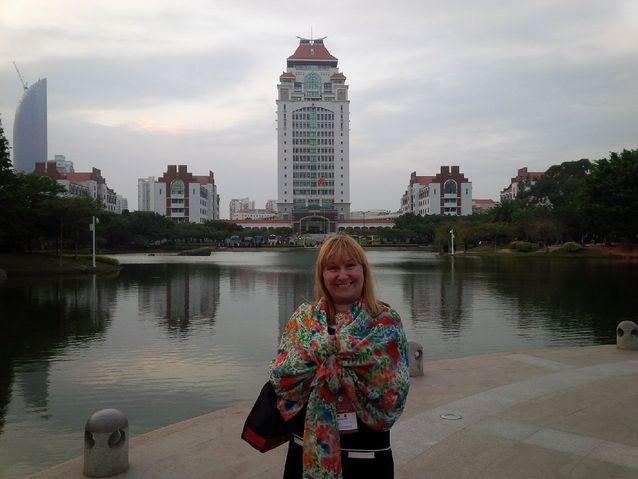 Hanna Snellman Kiinassa 2014. Taustalla Xiamenin yliopiston kampusta. Kuvaaja: Nello Angerilli