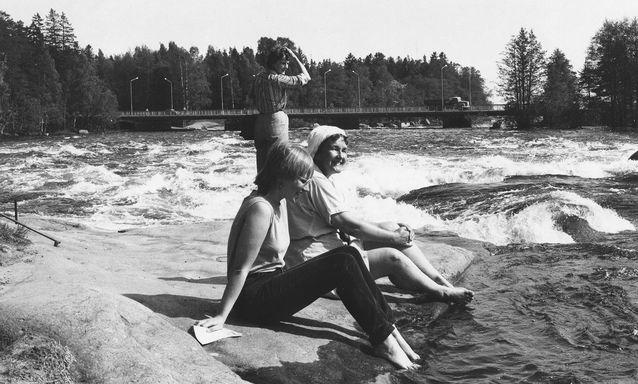 Museoviraston kevätretkellä Langinkoskella 1984. Edessä Hanna Snellman ja Seija Tervala, takana Paula Jaakkola. Kuva: P. Uino.
