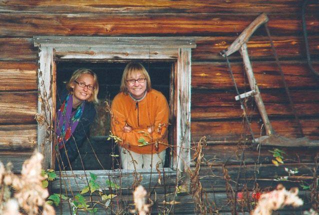"""Hanna Snellmanin """"Göteborg - Sallan suurin kylä"""" -tutkimushankkeessa kansatieteen väitöskirjan Göteborgin yliopistoon tehnyt Marja Ågren kenttätyömatkalta Hannan kanssa Suomen Lapissa vuonna 2001. Kuva: Marianne Junila."""