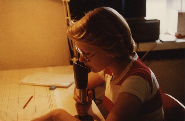Hanna Snellman hoitaa radiopuhelimen välityksellä Kemijärven uiton hinaajien kulunvalvontaa vuonna 1976. Kuva: Hanna Snellmanin kotiarkisto.