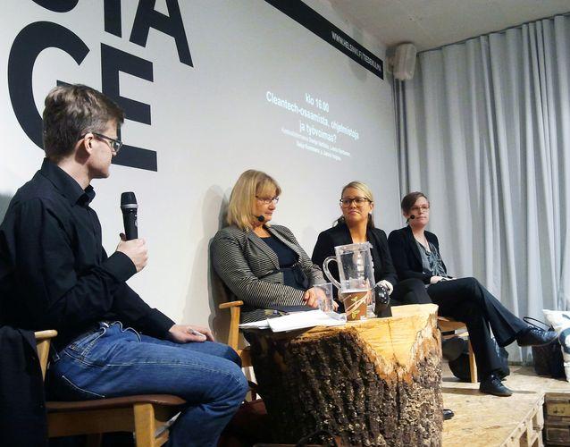 Tiedekulman lavalla Janne Hopsun haastateltavina Saija Kommers, Laura Kantanen ja Sonja Vartiala. Kuva: Toni Rönni.