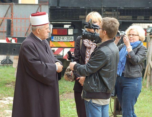 Janne Hopsu jututtaa Banja Lukassa Bosniassa paikallista muftia.
