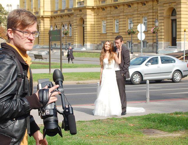 Kroatian työkeikalla Zagrebissa osui hääpari kuvaustilanteeseen.