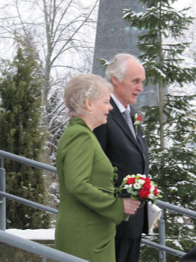 Olof Thesslund ja Inkeri Vehmas-Thesslund Voikkaan kirkon portailla 25.1.2014. Kuva: Marianne Lönnqvist.