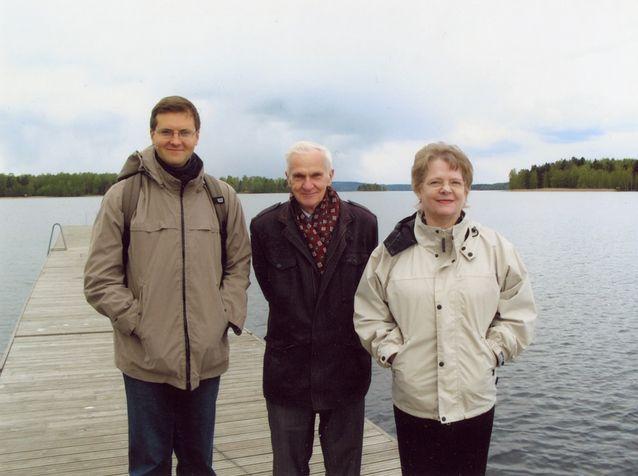 Suomalais-venäläisen metsäsanakirjan laatijatiimi retkeilee. Vasemmalta Igor Kudashev, Aleksandr Gerd ja Inkeri Vehmas-Thesslund