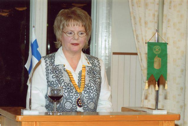 Apulaiskuvernöörin onnittelupuhe ja -laulu Inkeroisten rotaryklubin 40-vuotisjuhlassa 14.3.2008. Kuva Matti Lehto.