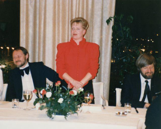 Tuleva tohtori pitää puhetta 3.12.1989. Vasemmalla vastaväittäjä Hannu Tommola Tampereen yliopistosta ja oikealla kustos Arto Mustajoki. Kuva: Pessi Wild