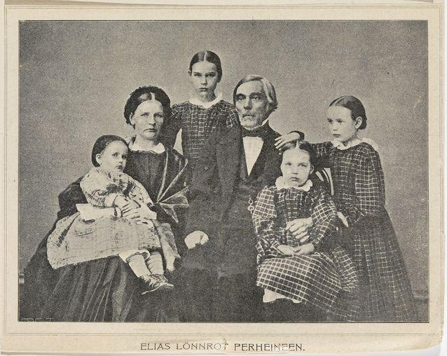 Elias Lönnrotin perhekuva vuodelta 1863. Vaimo Maria Lönnrot sylissään Tekla, vanhempien välissä Maria, Elias Lönnrotin oikealla puolella Ida ja edessä Elina. Kuva: Museovirasto.