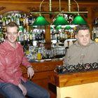 Toni Järvinen ja Kyösti Huikkonen lehdistötilaisuudessa vastailemassa toimittajien kysymyksiin. (Kuva: UR-arkisto)