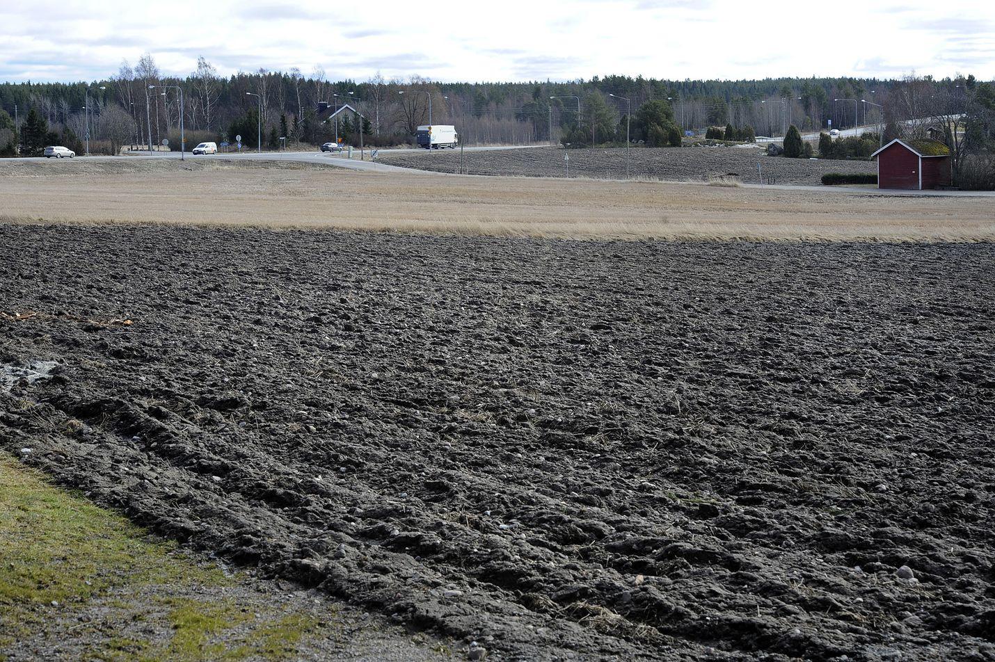 Sateet ja peltojen hidas kuivuminen ovat jarruttaneet kevätviljojen kylvötöiden etenemistä ja saamista päätökseen koko Suomessa.