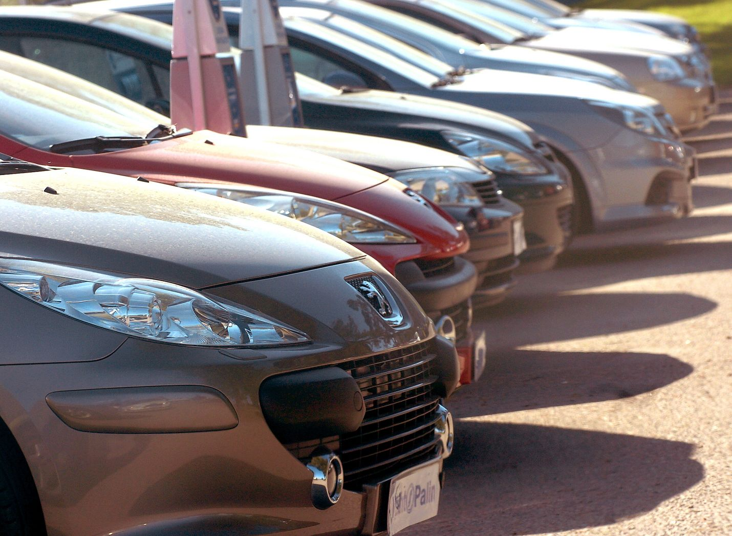 Uusia henkilöautoja on ensireksiteröity vähemmän kuin vuotta aiemmin. Kuva: LS-arkisto
