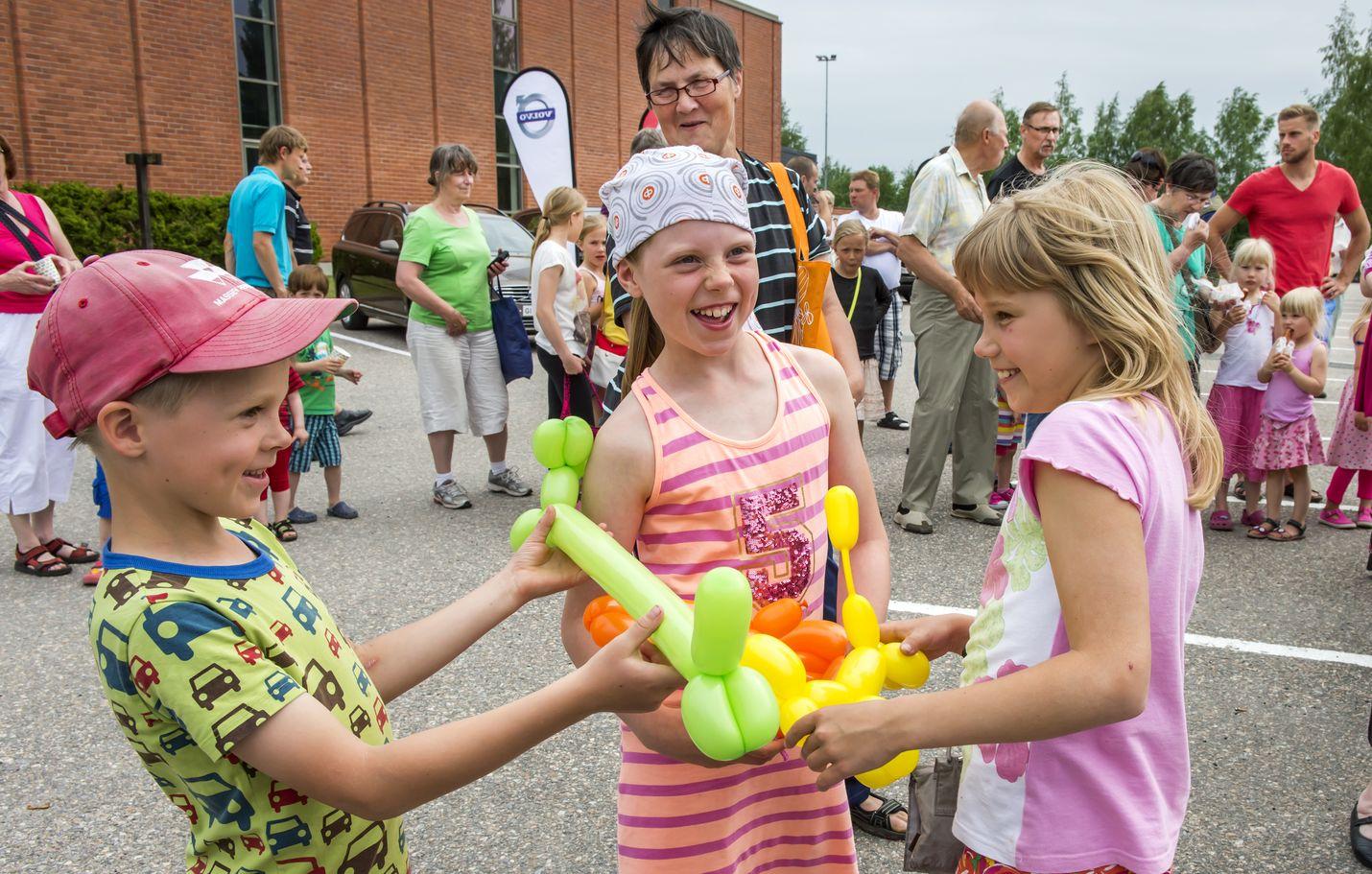Ilmapallohahmot saivat hymyn lasten huulille Marva Median avoimien ovien -tapahtumassa vuonna 2014. Kuva: LS-arkisto/Pekka Lehmuskallio