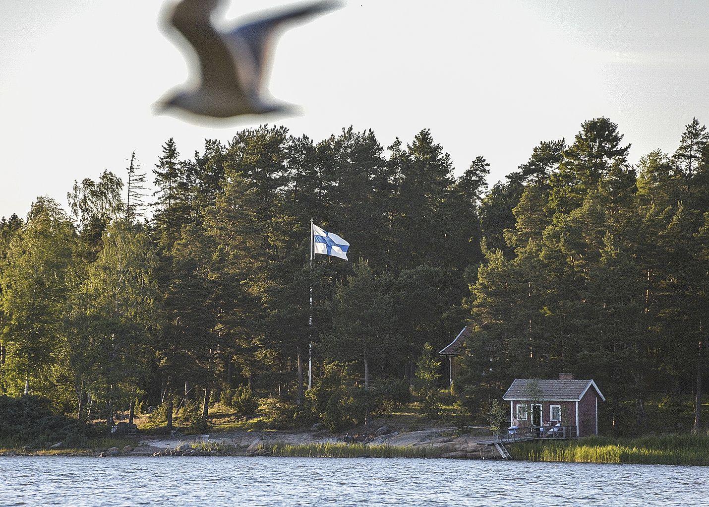 Juhannuksena lippu saa liehua salossa yön yli. Kuva: LS-arkisto/Pekka Lehmuskallio