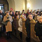 Viimeisimmät joulunviettäjät joutuivat tyytymään seisomapaikkoihin.
