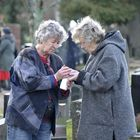 Täydellinen perinne, huudahtivat siskokset Helka Gordon ja Eeva Winter hautausmaakierroksesta.