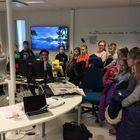 Toimituksessa on käynyt lukuisia ryhmiä vierailemassa. Tässä koululaisryhmä vierailee uudenkarheassa digiyksikössä. Kuva: LS-arkisto