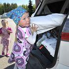 Siskokset Julia (vas.) ja Jenny Sköld pakkasivat autoon Westpointista saamiaan piirustuspaperirullia. Kuvat avoimista ovista: Juha Sinisalo