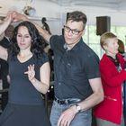 Tarja ja Jyrki Ollonqvist tanssivat Katulyhty-orkesterin tahdissa.