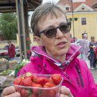 Aino Tepponen myi mansikkaa. Kuvat: Esa Urhonen