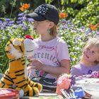Elsa ja Elli Kalliomäen kirpputoripöydällä oli myynnissä vaatteita ja leluja. Kuva: Pekka Lehmuskallio