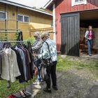 Kesäraumalaiset Katja ja Anitta Luukkonen tutustuivat Kukolan pihan kirppistarjontaan. Taustalla pihan emäntä Anne Rapeli.